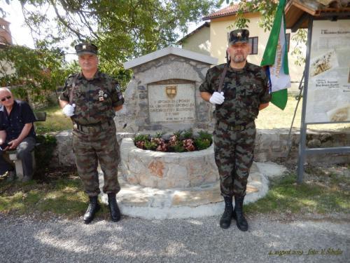 Častna straža ob spomeniku