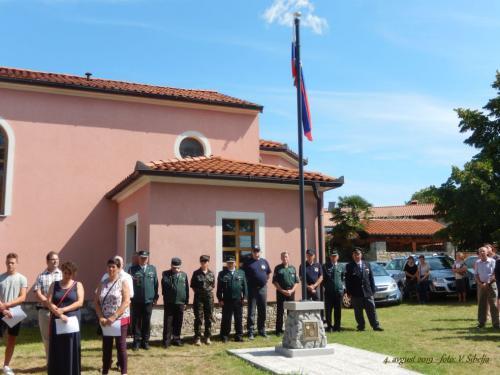 Slovenska zastava plapola na drogu v Novi vasi