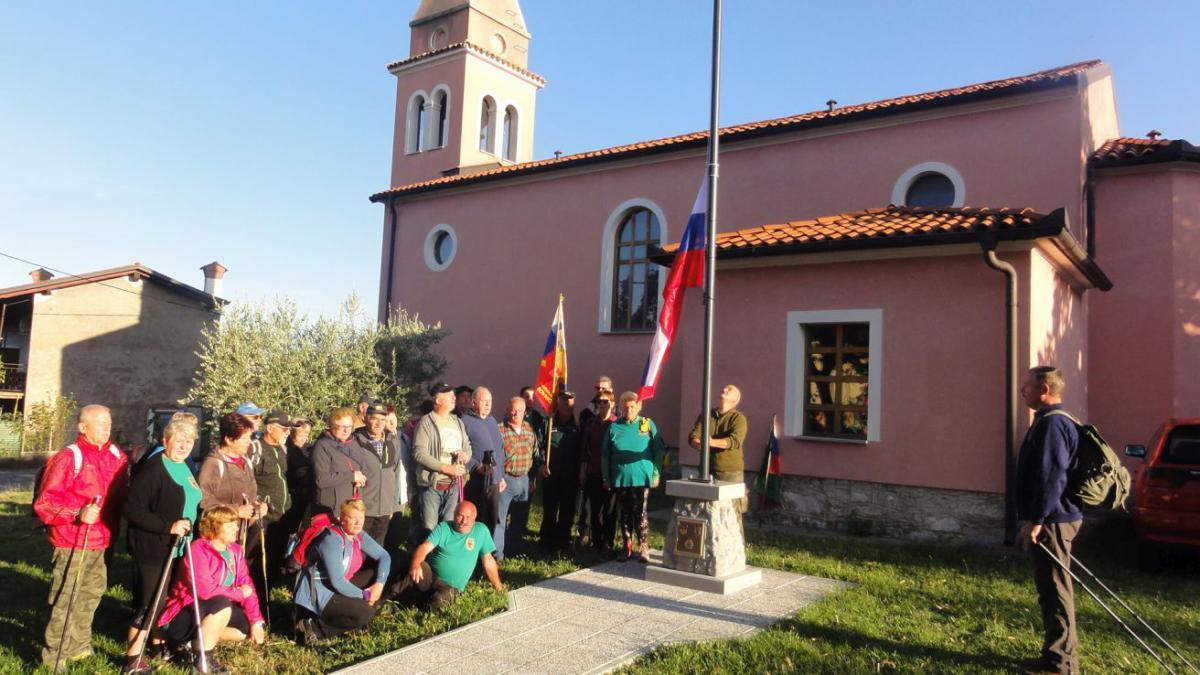 Začetek pohoda z dvigom Slovenske zastave v Novi vasi