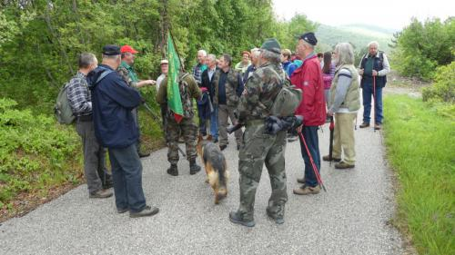 Pohod je vodil in  predstavil zanimivosti veteran, domačin Jožko Rogelja